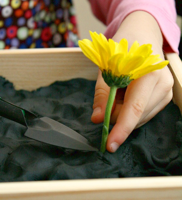 igra-dlya-detej-sazhaem-cvetj-v-sadu